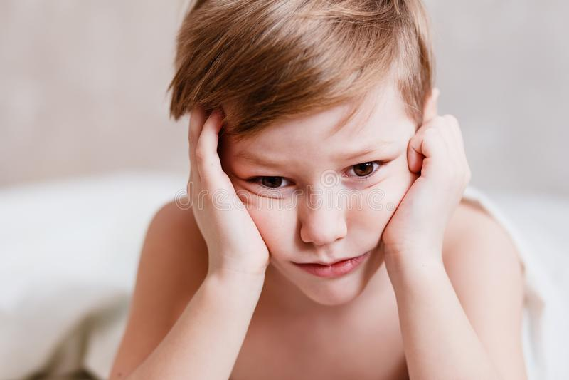 Olhar pensativo triste do ` s das crianças foto de stock