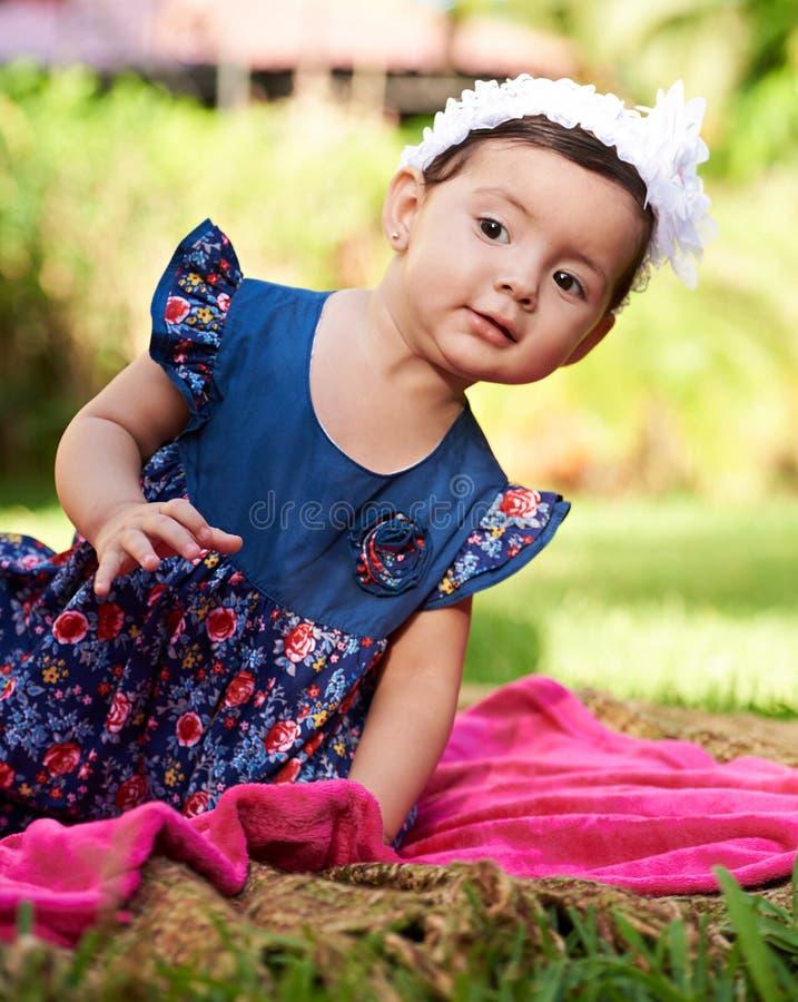 Olhar pequeno da menina para fora imagens de stock royalty free