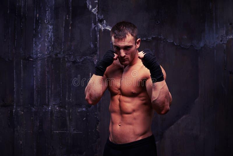 Olhar piercing do homem desencapado-chested no short do esporte no agai do estúdio fotografia de stock royalty free