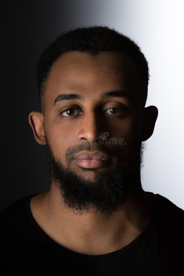 Olhar reto da foto afro-americano para a frente em um fundo preto e branco imagens de stock royalty free