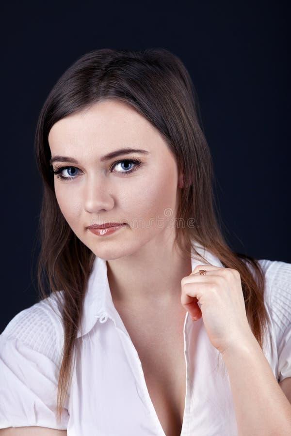 Olhar sério da mulher nova em você imagem de stock