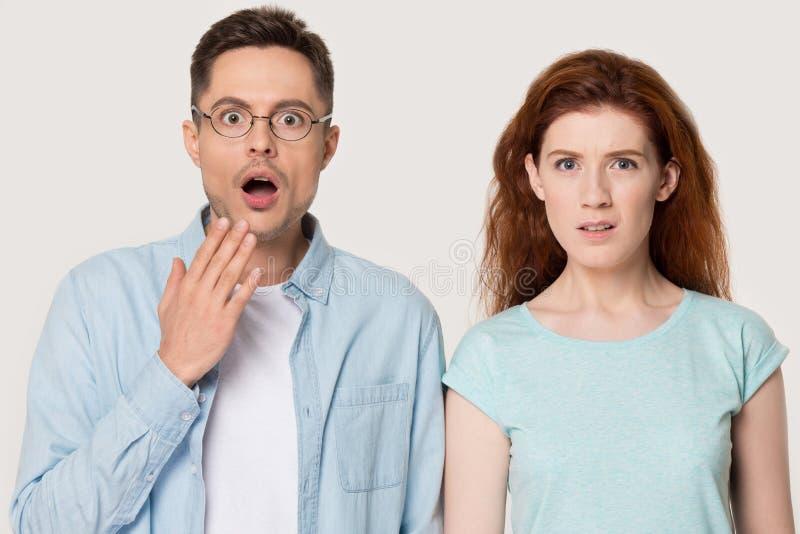 Olhar severo chocado dos pares surpreendido por acontecimento inesperado da coisa foto de stock