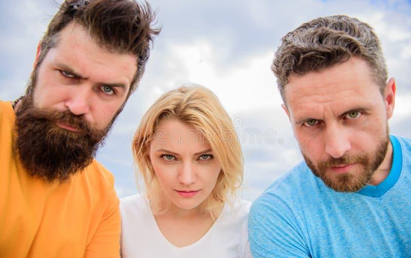 Olhar suspeito Conhecem o que você fez O Threesome olha suspiciously para baixo A mulher e os homens olham o fundo seguro do céu imagens de stock royalty free