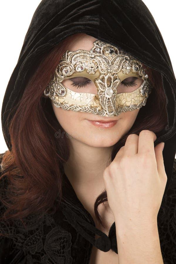 Olhar vermelho do casaco da máscara do cabelo da mulher para baixo fotografia de stock