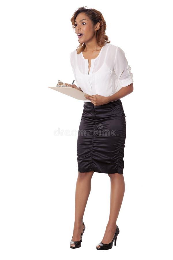 Olhares da mulher surpreendidos ao tomar abaixo das notas. foto de stock