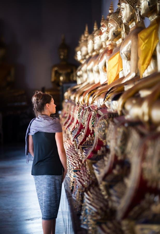 Olhares do turista na fileira de estátuas douradas Wat Pho Palace Thailand Bangkok da Buda imagens de stock royalty free