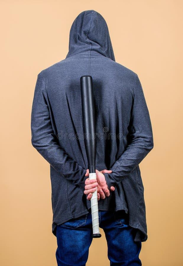 Olhares fortes do desportista que ameaçam com o bastão Têmpera forte da masculinidade da agressão Humor da intimidação Conceito m imagem de stock