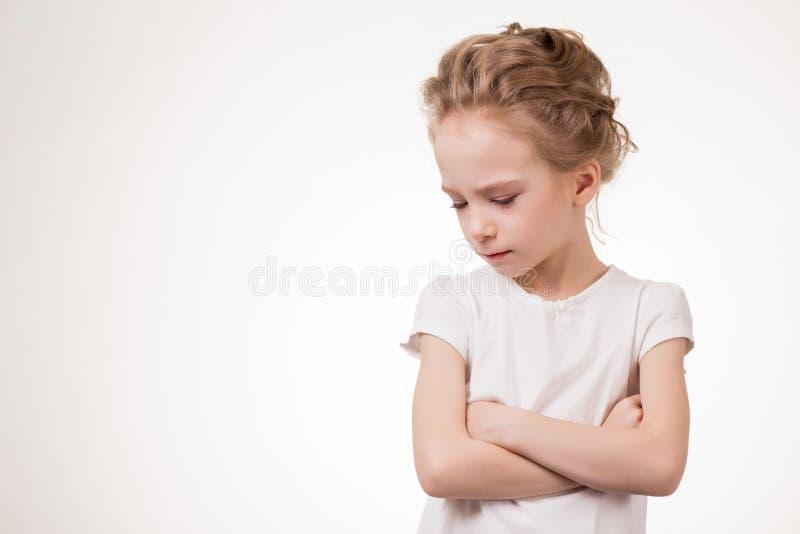 Olhares severos irritados da menina adolescente bonito, retrato do estúdio isolado no fundo branco foto de stock royalty free