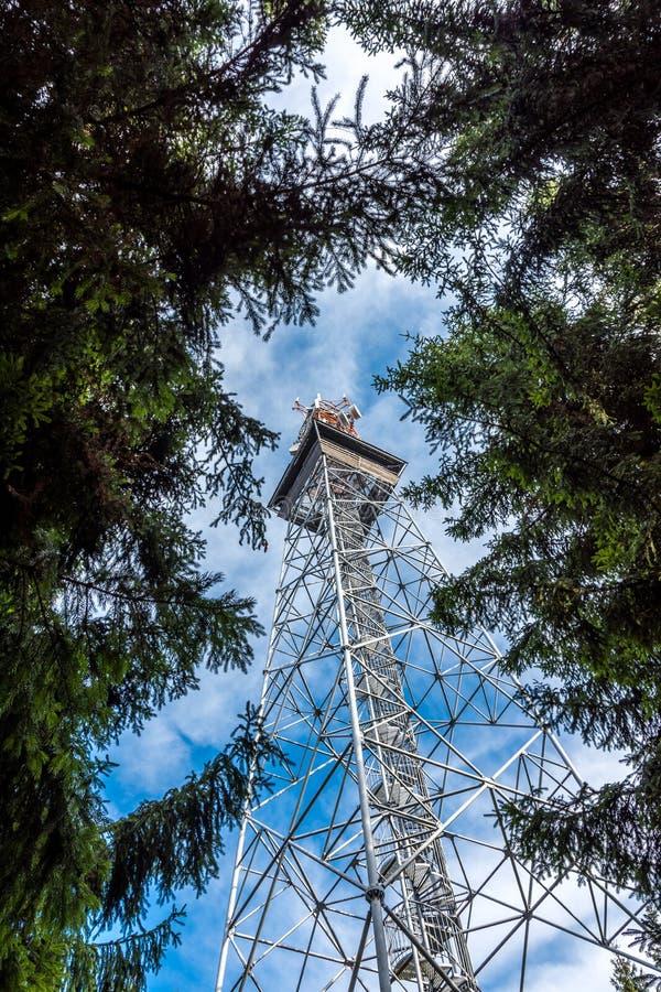 Olhe à torre da telecomunicação do transmissor da terra A G/M e a televisão sinalizam, torre turística da vigia fotos de stock royalty free