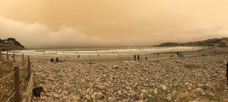 Olhe é as nuvens vermelhas do sol dos fogos selvagens de Califórnia foto de stock royalty free