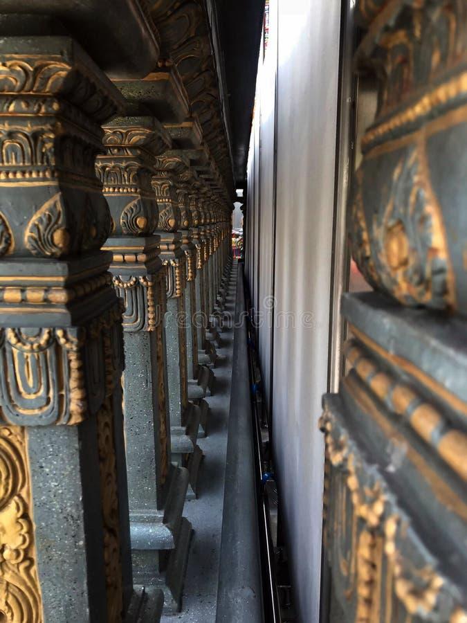 Olhe através da parede de pedra da coluna imagens de stock royalty free