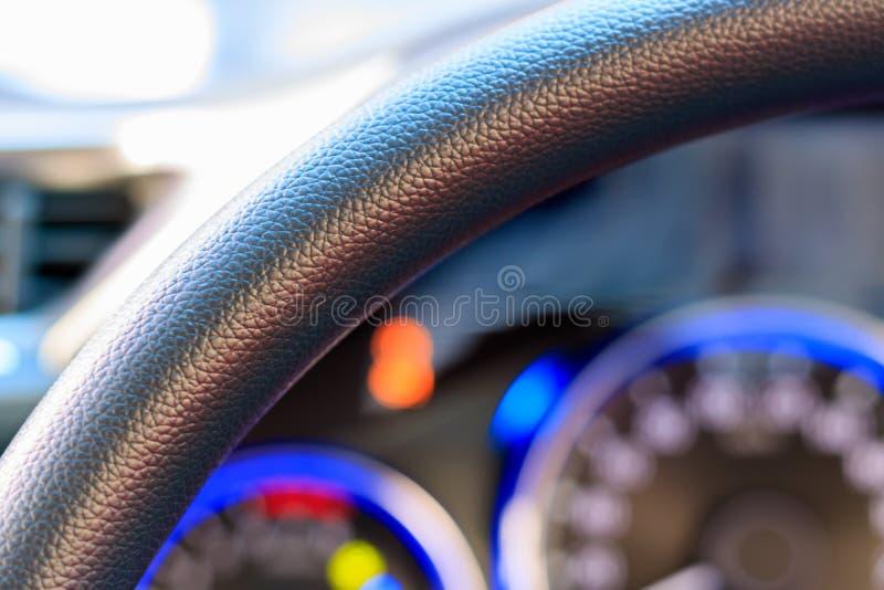 Olhe através de um volante do carro fotos de stock royalty free