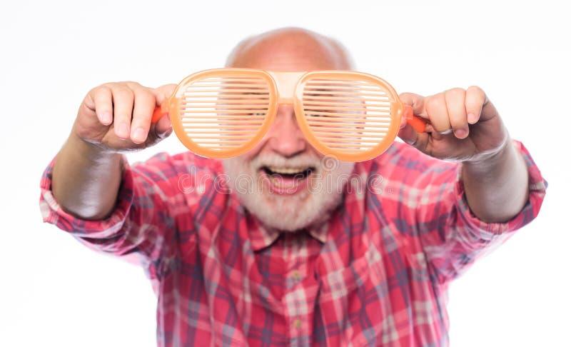 Olhe atrav?s dos vidros homem farpado maduro isolado no branco Ol?! ver?o vidros do partido da posse do homem Feliz aniversario foto de stock royalty free