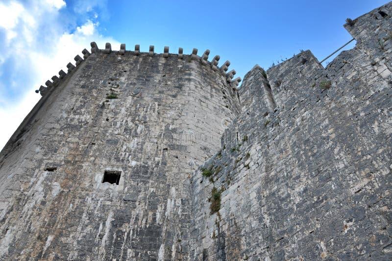 Olhe a caminhada e a torre do castelo de Kamerlengo em Trogir, Croácia foto de stock