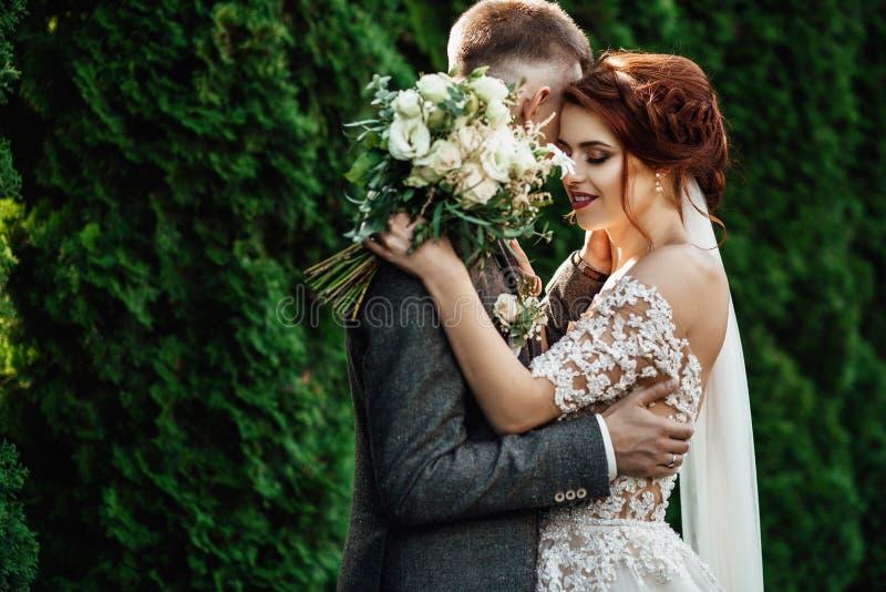 Olhe de cima nos pares bonitos do casamento que beijam no eveni fotografia de stock royalty free
