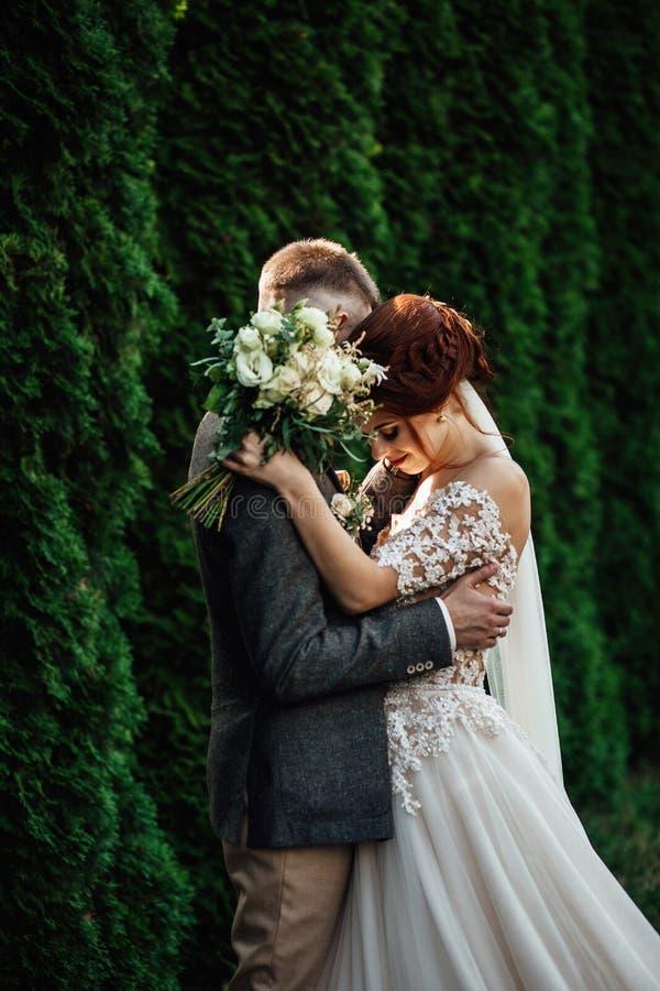 Olhe de cima nos pares bonitos do casamento que beijam no eveni fotos de stock royalty free