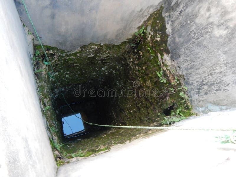Olhe em um profundo bem com água imagens de stock