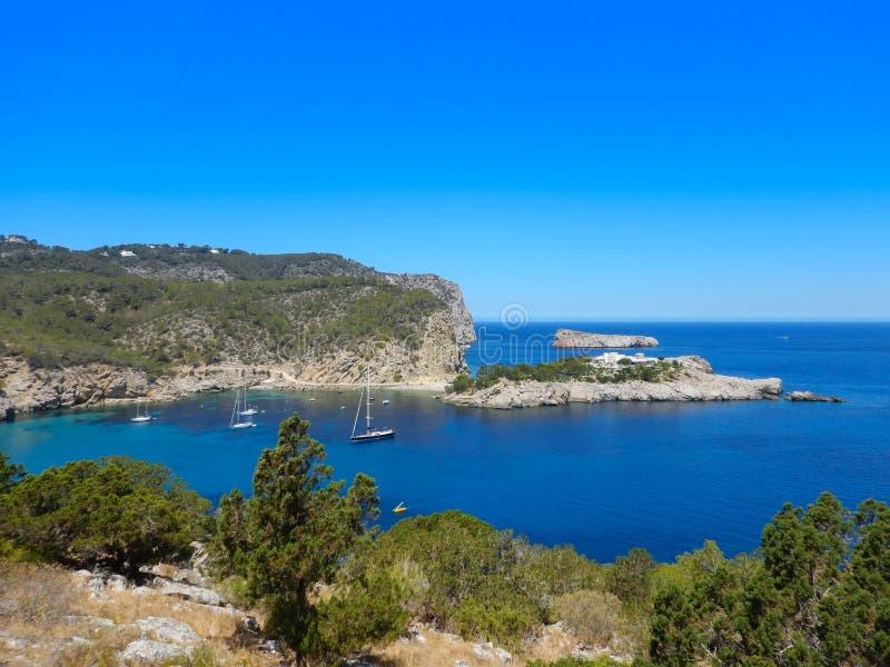 Olhe em uma baía na ilha de Ibiza foto de stock