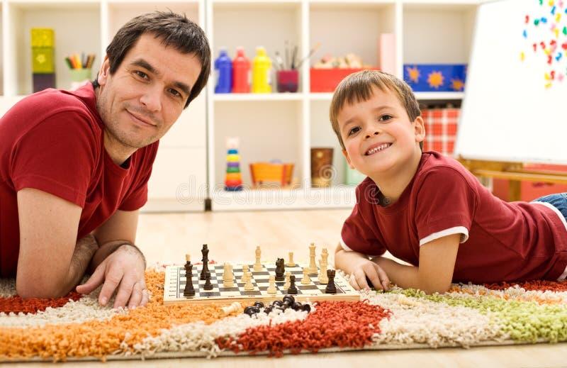 Olhe-me estão batendo o paizinho na xadrez imagem de stock royalty free