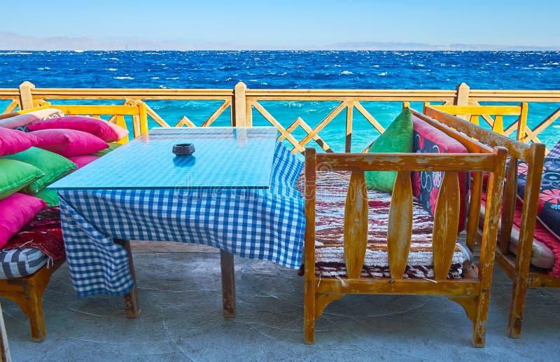 Olhe o mar do terraço do café, Dahab, Sinai, Egito imagem de stock
