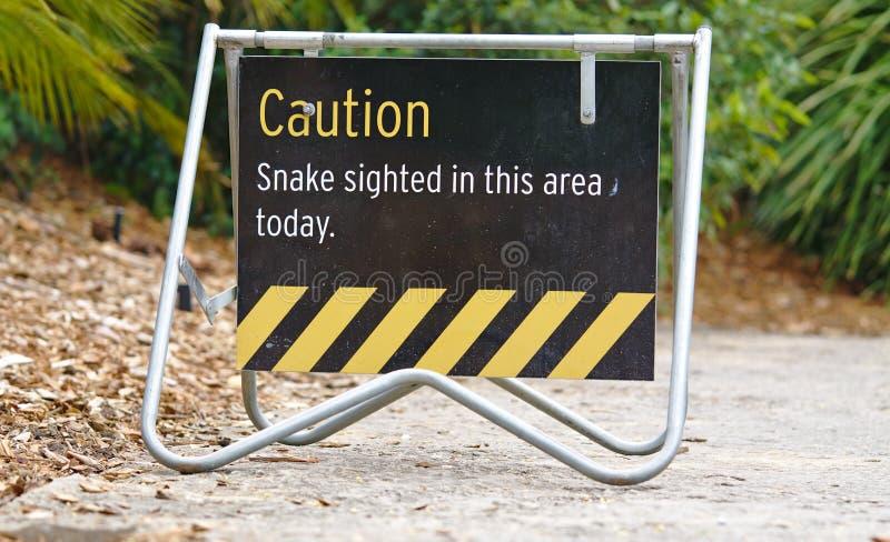 Olhe para fora para a serpente assinam no parque imagens de stock royalty free