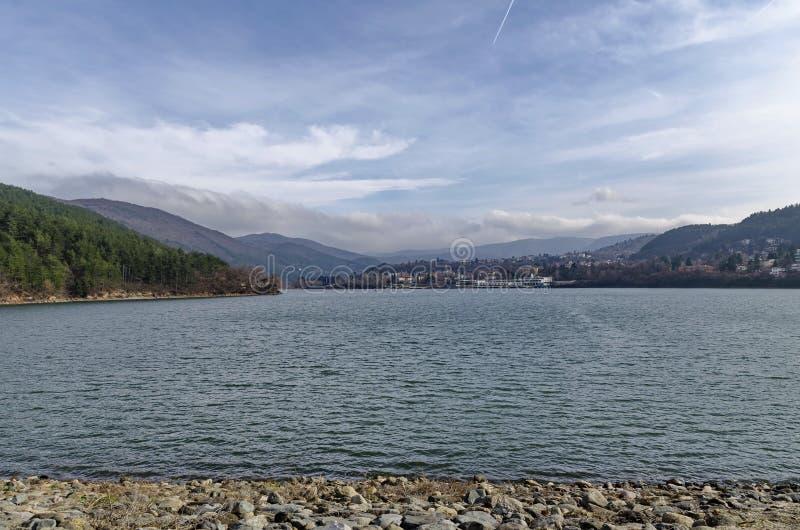 Olhe para o ambiente da represa pitoresca, água do recolhimento do rio de Iskar foto de stock