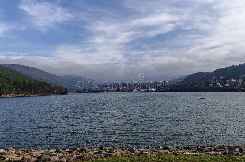 Olhe para o ambiente da represa pitoresca, água do recolhimento do rio de Iskar imagem de stock royalty free