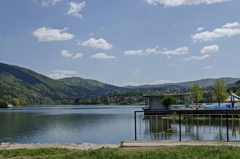 Olhe para o ambiente da represa pitoresca com banhos minerais, vila Pancharevo da primavera do recurso na montanha de Plana imagem de stock