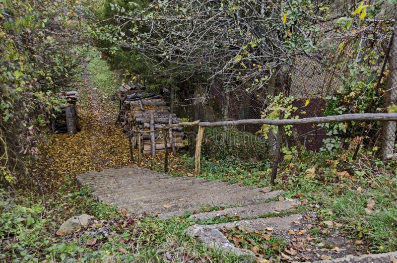 Olhe para o trajeto da montanha na vila Lakatnik fotografia de stock royalty free
