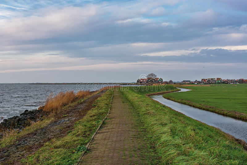 Olhe uma aldeola na ilha Marken, Países Baixos fotos de stock