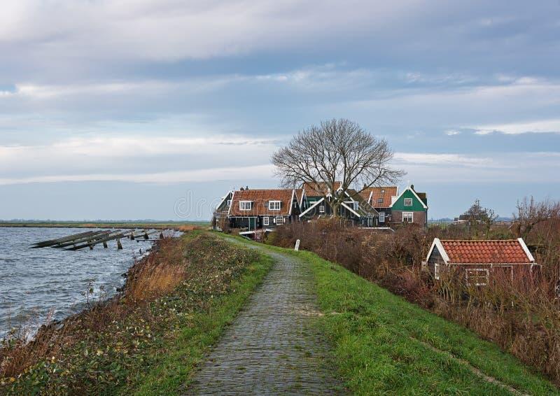 Olhe uma aldeola na ilha Marken, Países Baixos foto de stock