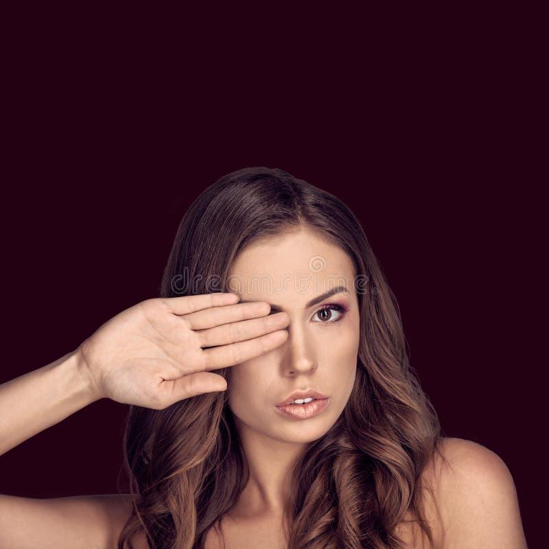 Olho da coberta da mulher fotos de stock