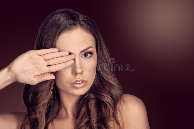 Olho da coberta da mulher fotos de stock royalty free