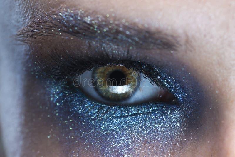 Olho da jovem mulher com uma foto azul do macro da composição da vanguarda imagens de stock