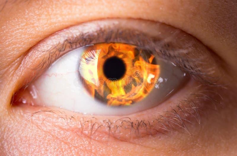 Olho da mulher com fogo ardente nele imagens de stock