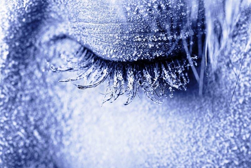 Olho da mulher congelada coberto na geada imagens de stock
