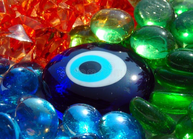 Olho da pedra azul em pedras de vidro coloridas foto de stock royalty free