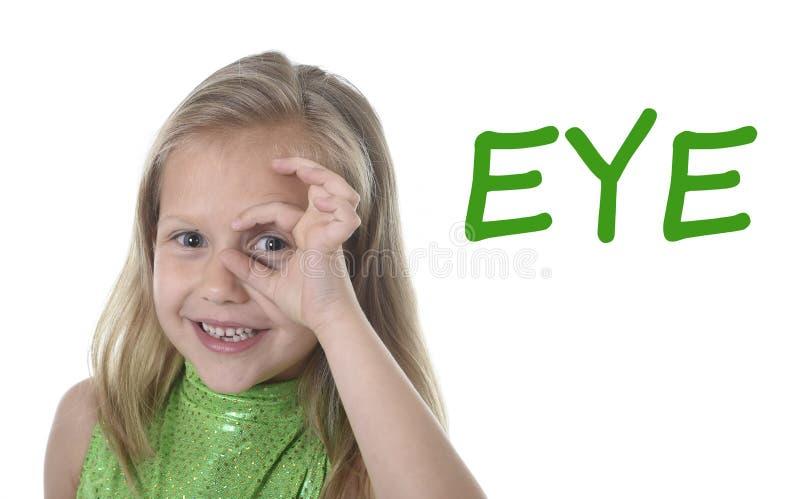 Olho de circundamento da menina bonito nas partes do corpo que aprendem palavras inglesas na escola fotos de stock royalty free