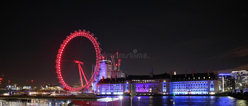 Olho de Londres na noite do cais de Westminster imagem de stock royalty free