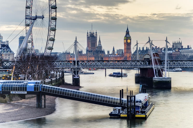 Olho de Londres, ponte de Westminster e Big Ben na noite fotografia de stock