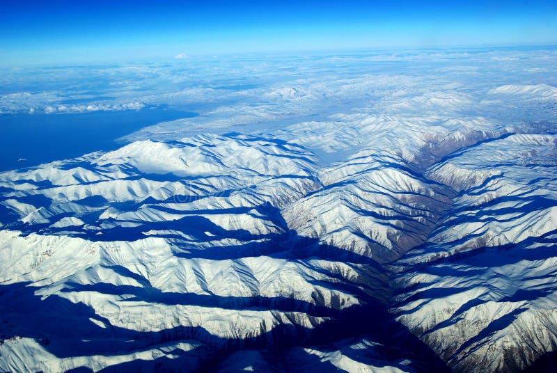 Olho do pássaro as montanhas da neve imagem de stock