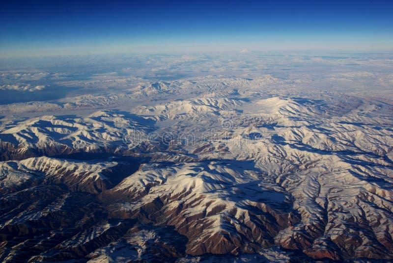 Olho do pássaro as montanhas da neve fotos de stock royalty free