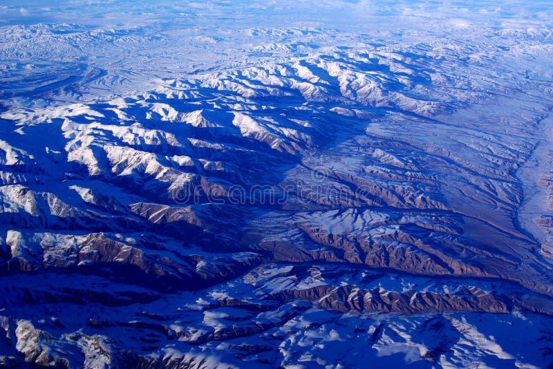 Olho do pássaro as montanhas da neve fotografia de stock