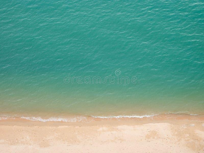 Olho do pássaro da vista superior do conceito do fundo da praia da areia do mar imagens de stock