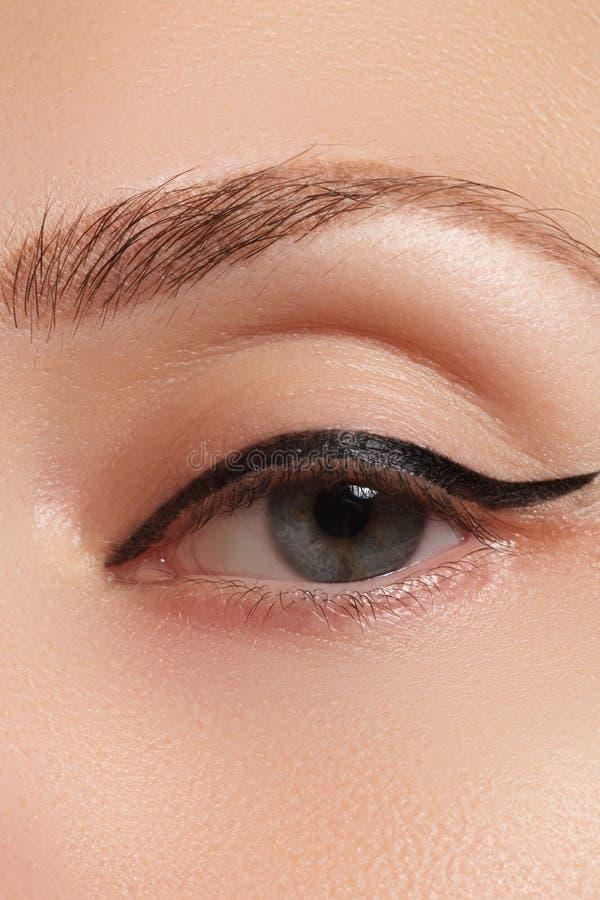 Olho fêmea bonito com composição preta 'sexy' do forro imagens de stock