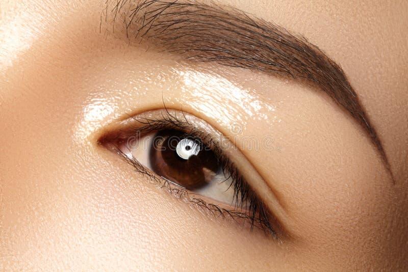 Olho fêmea bonito com pele limpa, composição diária da forma Cara modelo asiática Forma perfeita da sobrancelha imagens de stock