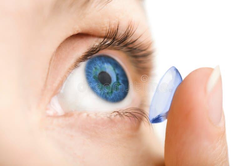Olho humano bonito e lente de contato isolada imagens de stock royalty free
