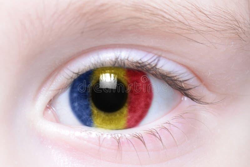 Olho humano com a bandeira nacional de romania imagens de stock