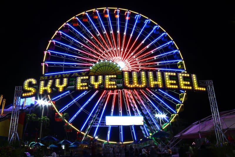 Olho intermediário Ferris Wheel do céu imagens de stock royalty free