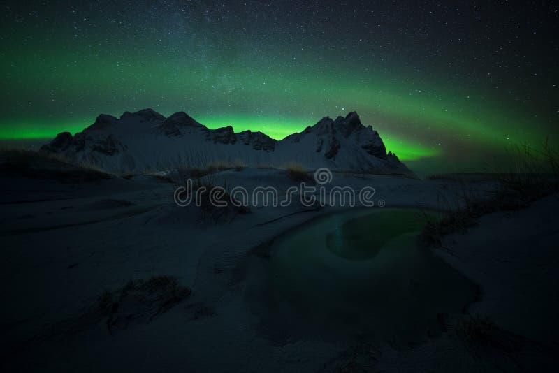 Olho verde, aurora borealis em Stokksnes em Islândia imagens de stock royalty free